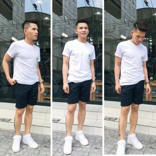 Vì thời tiết Sài Gòn quá nóng,Quốc Thiênđành phải diện quần short với áo thun. Tuy nhiên, trông anh vẫn rất thời trang với phong cách giản dị này.