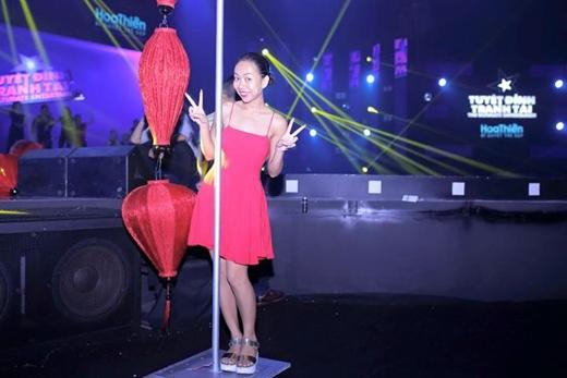 Thảo Trang vừa chia sẻ hình ảnh hậu trường tập luyện của cô cho chương trìnhTuyệt Đỉnh Tranh Tài vào tối nay. Cô hứa với khán giả rằng, tối nay mình sẽ mặc áo dài và múa cột để biểu diễn.