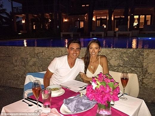 Tay golf Rickie Fowler ăn mừng chiến thắng bằng bữa tiệc lãng mạn tại bờ biển Bahamas cùng bạn gái xinh đẹp Alexis Randock.