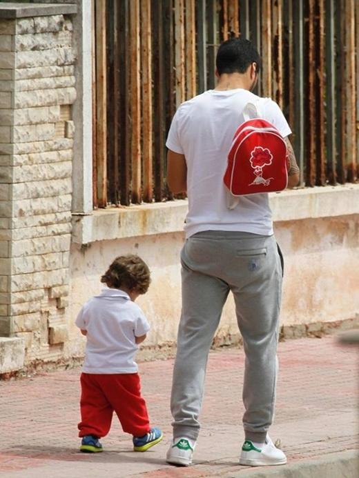 Hình ảnh hai cha con Suarez lững thững bước đi trên phố. Sau khi giành tấm vé dự chung kết Champion League, ngôi sao Barca đang tận dụng thời gian ở bên con trai và gia đình. Con trai Suarez bằng tầm tuổi và học cùng trường mầm non với Thiago - con trai Messi.