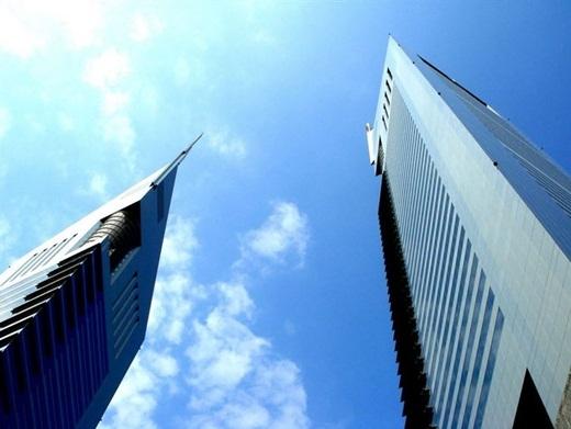 Các tòa tháp Emirates, bao gồm tòa tháp văn phòng và tòa tháp khách sạn, là biểu tượng của Dubai.