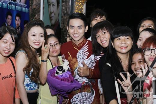 Hoài Lâm cười hạnh phúc khi fans vây chặt - Tin sao Viet - Tin tuc sao Viet - Scandal sao Viet - Tin tuc cua Sao - Tin cua Sao