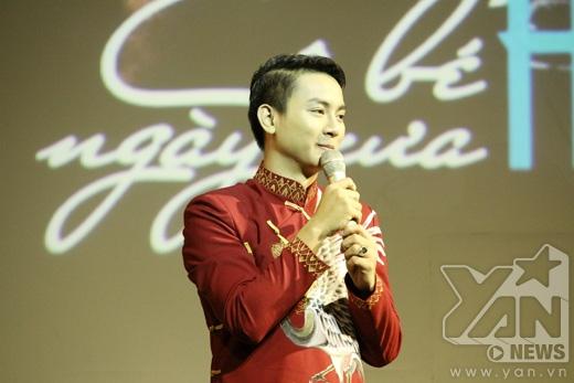 Với phong cách áo dài truyền thống quen thuộc, Hoài Lâm ghi điểm trong mắt khán giả bởi lối sống giản dị, hướng về cội nguồn. - Tin sao Viet - Tin tuc sao Viet - Scandal sao Viet - Tin tuc cua Sao - Tin cua Sao