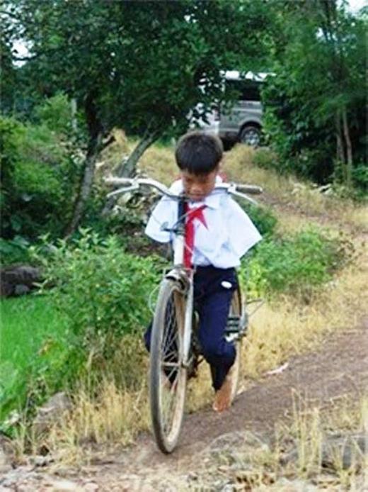 Sinh ra Hạnh đã không có hai tay nhưng em vẫn có gắng nỗ lực vươn lên. Trong ảnh,Hạnh đang tập chạy xe đạp