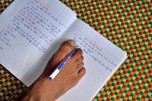 Bên cạnh đó Hạnh cũng tập viết bằng chân và thành tích học tập của em thì ai cũng ngã mũ thán phục với 9 năm liền là học sinh giỏi toàn diện. Ảnh: Zing.vn
