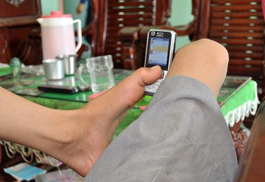 Những lúc rảnh rỗi Hạnh lại dùng dao gọt trái cây ăn hay dùng điện thoại nhắn tin với bạn bè, người thân. Ảnh: Zing.vn