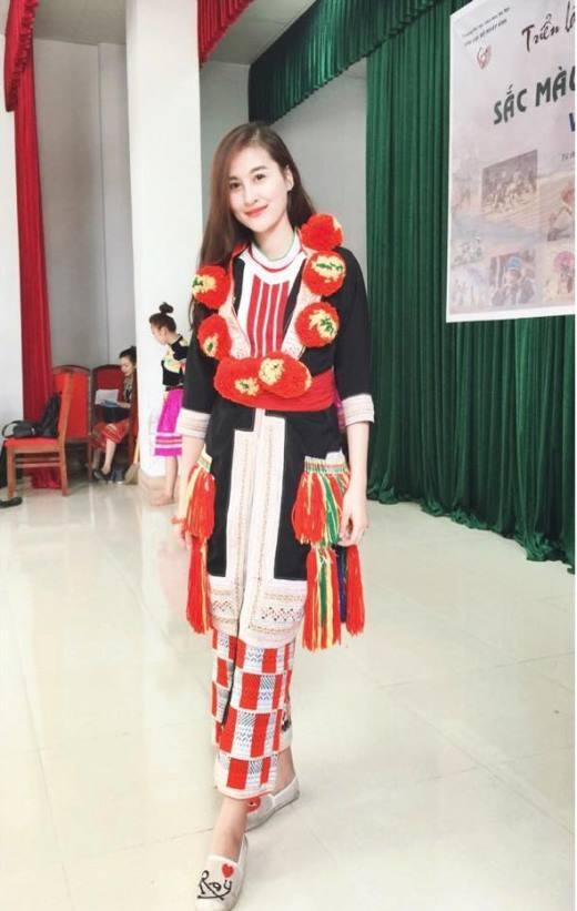 Cô nàng hot girl Hà Lade diện bộ đồ của thiếu nữ dân tộc Dao màuđỏ trông vô cùng độc đáo và lạ mắt. Cô chia sẻ lên trang cá nhân: Cô gái Dao đỏ đi lấy chồng.