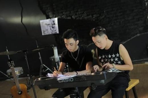 Hai nam ca sĩ rất được yêu thích này không chỉ hỗ trợ nhau trong công việc mà còn cả trong cuộc sống hằng ngày. - Tin sao Viet - Tin tuc sao Viet - Scandal sao Viet - Tin tuc cua Sao - Tin cua Sao