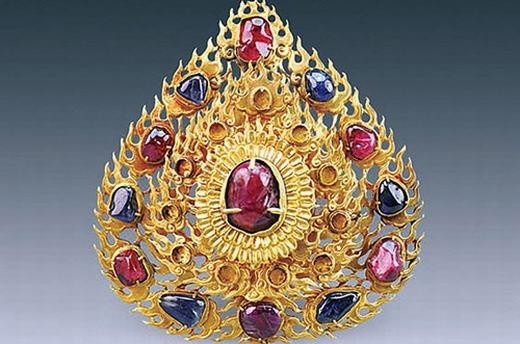 Trâm cài tóc bằng vàng, đính 6 viên đá sapphire và 6 viên ngọc bích. Ở giữa là một viên ngọc lớn.