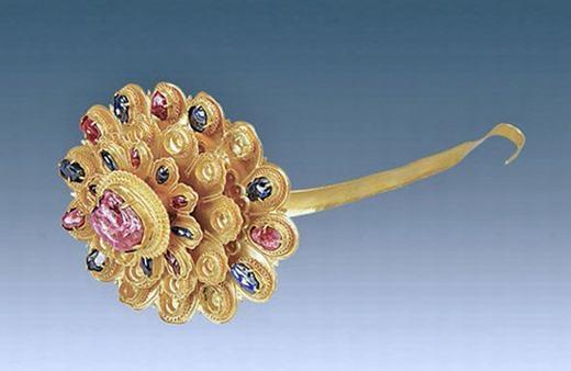 Trâm cài tóc với viên hồng ngọc lớn ở giữa. Chiều rộng của nó là 1,7 cm, nặng 218,2 gram.
