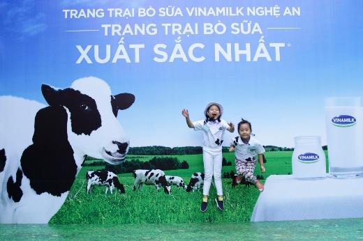 Niềm vui hồn nhiên của các bạn nhỏ khi được đến thăm các cô bò ở Trang trại xuất sắc nhất Việt Nam
