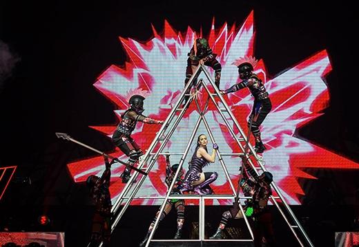 Katy Perry trở thành nữ chiến binh mạnh mẽ thể hiện ca khúc Roar.