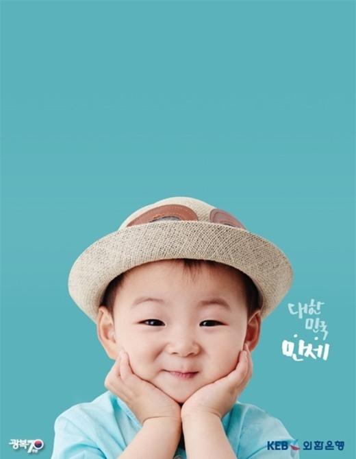 """Minguk là một cậu bé đáng yêu, hồn nhiên, thường hay làm trò nhằm """"lấy lòng"""" bố vô cùng đáng yêu. Ngoài ra, các fan còn chết đứ đừ với nụ cười tỏa nắng, tinh nghịch của Minguk."""