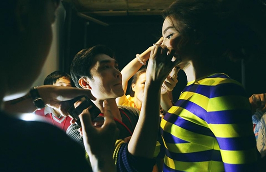 Nguyễn Hùng trang điểm cho người bạn thân trong liveshow kỉ niệm 10 năm ca hát