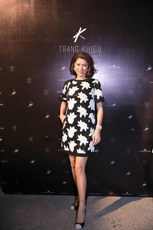 Trang Trầndiện thiết kế phom chữ a đơn giản với họa tiết hoa hồng đắp nổi của NTKChung Thanh Phong. Từ khi mang thai, cựu người mẫu ít xuất hiện tại các sự kiện trong làng giải trí, đây có thể xem là lần xuất hiện chính thức đầu tiên của cô.