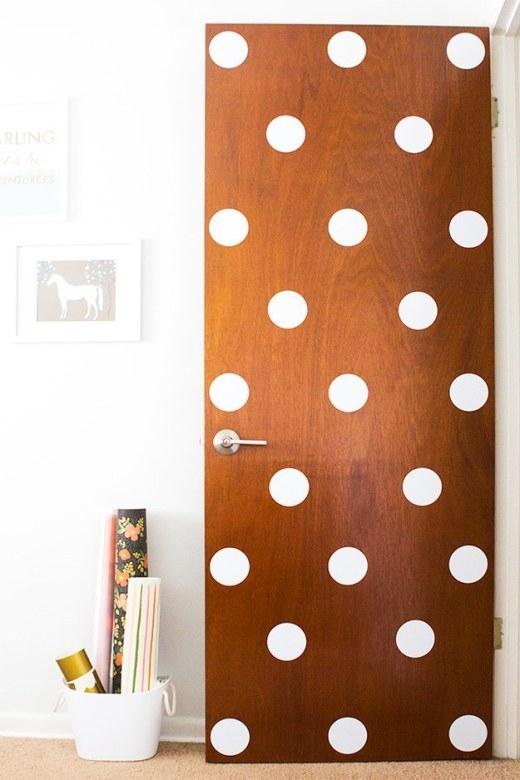 Cánh cửa phòng đã hết chán òm mà trở nên nổi bần bật với họa tiết chấm bi.