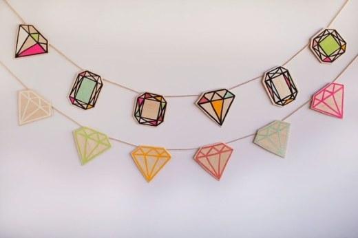Hãy tận dụng những mảnh gỗ vụn, vẽ lên nó hình của những viên kim cương rồi dính chúng vào một sợi dây. Đây là một sợi dây đeo cổ độc đáo dành tặng cho bức tường phòng bạn đó.