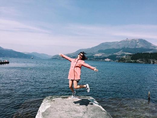 Vì thời tiết quá nóng nên Văn Mai Hươngđã tải lên trang cá nhân một tấm hình ở biển để cảm thấy mát mẻ hơn. Trông cô rất tươi tắn các bạn nhỉ?