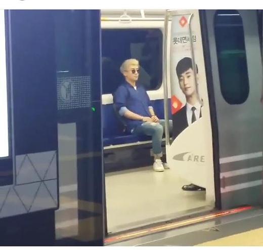 Fan cũng chụp được khoảnh khắc thành viên Big Bang đang ngồi tàu