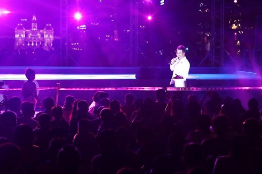 Màn trình diễn của Hồ Trung Dũng thu hút sự chú ý của nhiều khán giả. - Tin sao Viet - Tin tuc sao Viet - Scandal sao Viet - Tin tuc cua Sao - Tin cua Sao