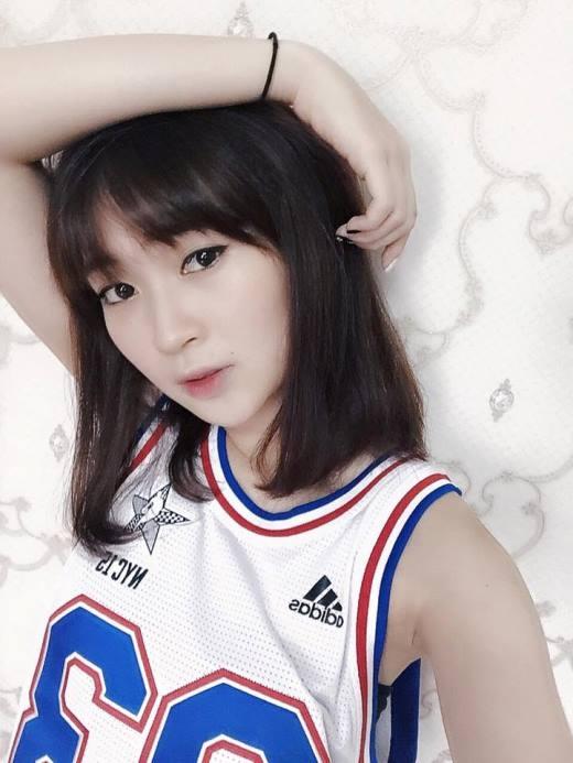 """Cô hot girl Hà thành Sun Ht diện áo thể thao ba lỗ khoét sâu cực kì cá tính. Cô nàng chia sẻ trên trang cá nhân: """"Nóng thế vẫn phải lao ra đường""""."""