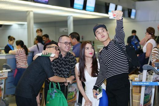 Selfie cùng hành khách tại sân bay. - Tin sao Viet - Tin tuc sao Viet - Scandal sao Viet - Tin tuc cua Sao - Tin cua Sao