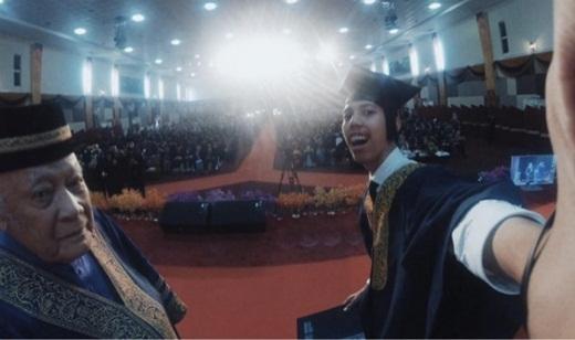 Muhammad Hasrul Haris Mohd Radzi đã bị đình chỉ tốt nghiệp chỉ vì chụp ảnh tự sướng.