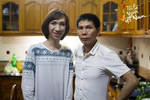 Bom vui vẻ là chính mình khi chụp ảnh cùng bố
