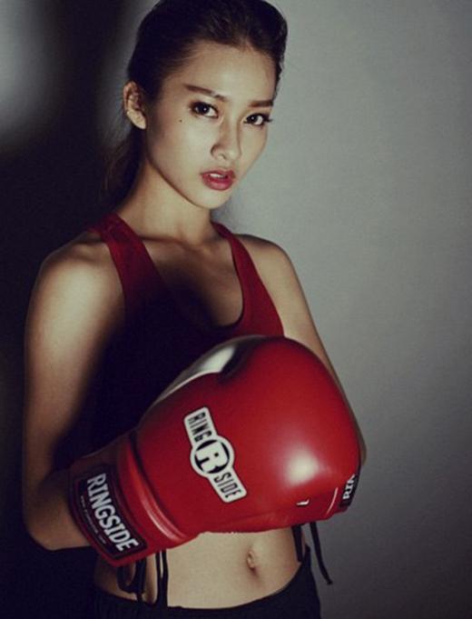 Gương mặt xinh đẹp sắc sảo của Khả Ngân tưởng như đối nghịch hoàn toàn với nét mạnh mẽ của hot girl thể thao này.