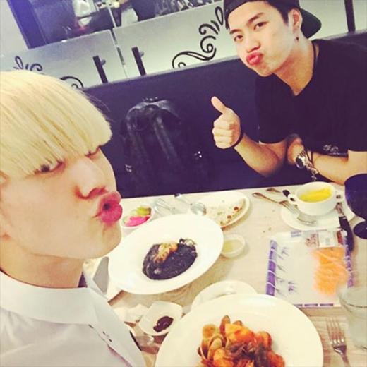 Yugyeom khoe hình dùng bữa cùng Jackson và chia sẻ: Tôi chụp ảnh tốt nghiệp và anh Jackson đã đến với tôi. Và chúng tôi đã có một bữa ăn như thế này nè. Hôm nay tâm trạng tôi rất tốt.
