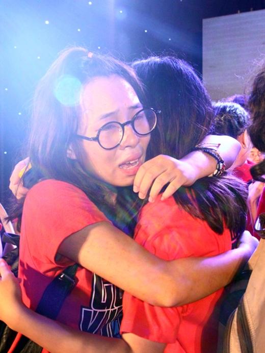 Những cái ôm được trao, những dòng nước mắt, những cái nấc nhẹ vang lên