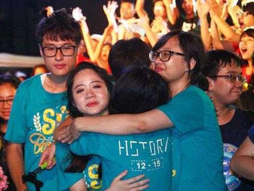 Học sinh trường Ams khóc nghẹn trong Lễ trưởng thành