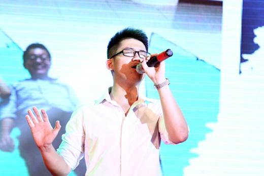 Chàng trai Đặng Xuân Nguyên của lớp 12 Địa góp giọng trong bài hát về tình thầy trò, tình bạn trong sáng