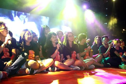 Tập thể lớp chuyên Trung mang đến màu sắc mới lạ cho đêm chia tay bằng bài hát tiếng Hoa