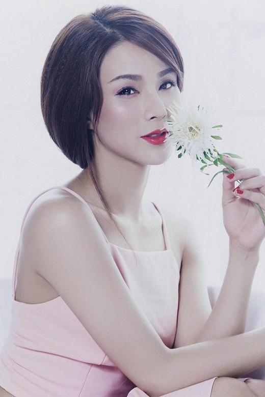 Trong chiếc áo crop-top, người đẹp khoe vẻ đẹp dịu dàng và đôi vai trần gợi cảm.