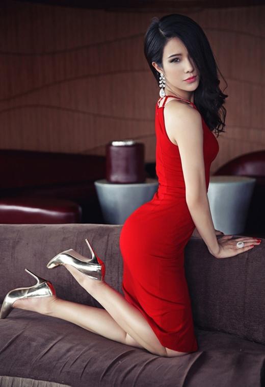 Chiếc đầm đỏ nổi bật đã thành công khi tôn lên vẻ đẹp sang trọng và quyến rũ của Diệp Lâm Anh.