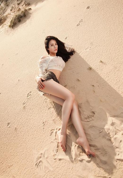 Áo crop-top và quần short jeans đã khoe trọn vòng eo con kiến và đôi chân thon dài của cô nàng.