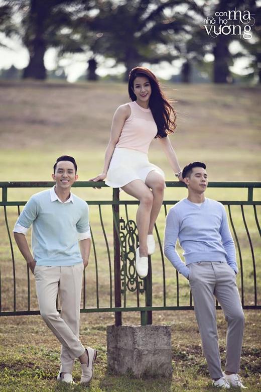 Trong bộ váy với tông màu pastel, Diệp Lâm Anh cũng có lúc ngọt ngào và e ấp bên cạnh hai mỹ nam của bộ phim Con ma nhà họ Vương La Quốc Hùng và Hồ Vĩnh Khoa.