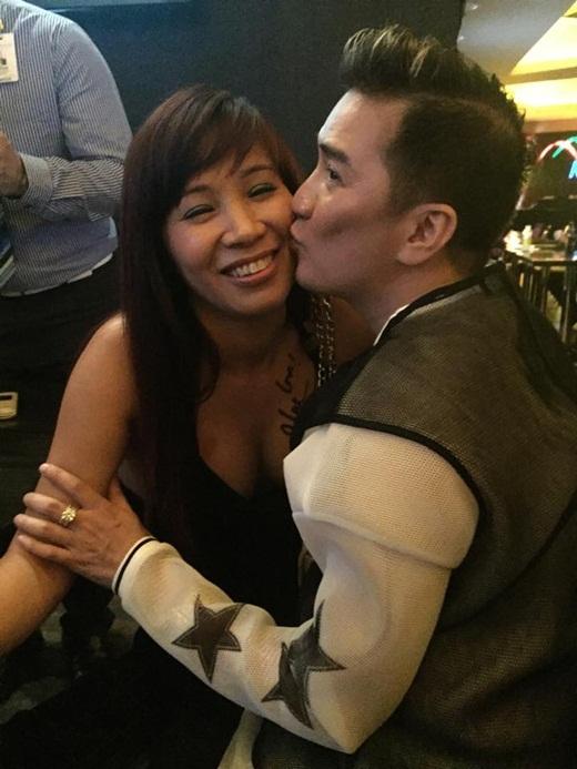 Thậm chí anh còn tặng cho bạn nữ này một nụ hôn nồng cháy thay lời cảm ơn chân thành trước tình cảm của bạn đã dành cho mình - Tin sao Viet - Tin tuc sao Viet - Scandal sao Viet - Tin tuc cua Sao - Tin cua Sao