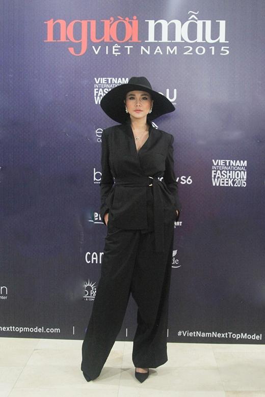 Thanh Hằng diện cả cây hàng hiệu đi chấm thi VietNam's Next Top Model 2015