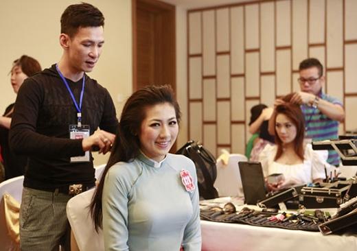 Trang điểm cho Á hậu Dương Tú Anh khi dự thi HHVN 2012