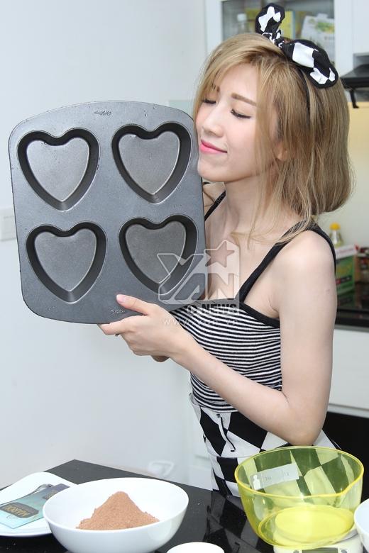 Trang Pháp chọn mẫu khuôn hình trái tim để thể hiện tình cảm yêu thương đến với bố mẹ. - Tin sao Viet - Tin tuc sao Viet - Scandal sao Viet - Tin tuc cua Sao - Tin cua Sao