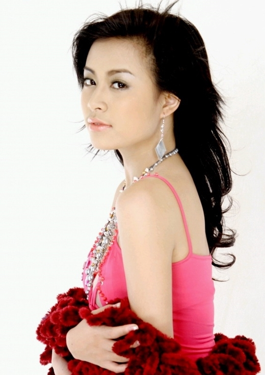 Cô từng theo học múa tại Cao đẳng nghệ thuật Hà Nội 7 năm. Hoàng Thùy Linh cũng từng là ca sĩ, MC và tham gia diễn xuất trong khá nhiều bộ phim. Nhưng phải tới khoảng năm 2005 – 2006 mọi người mới biết đến sự xuất hiện của Hoàng Thùy Linh nhiều hơn với hình ảnh một cô nàng hot girl mẫu ảnh tại Hà thành. Cô là một trong những gương mặt đi tiên phong cho trào lưu hot girl. Cũng trong năm 2006, Hoàng Thùy Linh thi đỗ thủ khoa lớp Đạo diễn truyền hình - Đại học Sân khấu Điện ảnh.