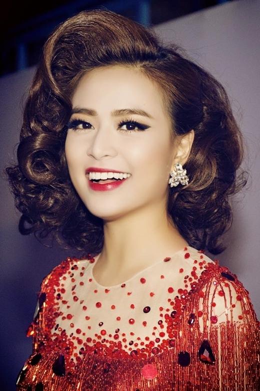 Với sự chăm chỉ và nỗ lực của bản thân, bây giờ, người ta chỉ nhắc đến cô là một cô ca sĩ, diễn viên tài năng và nóng bỏng. Mọi người đều nhìn thấy một Hoàng Thùy Linh với vẻ đẹp mặn mà, quyến rũ, nét đẹp mà ít ai có được.