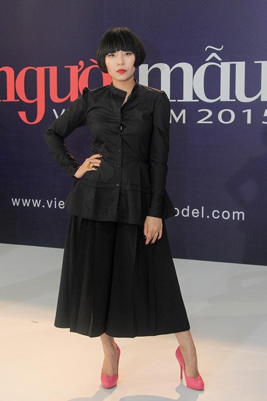 Nhà thiết kếDevon Nguyễnvẫn trung thành với cả cây đen cực chất.