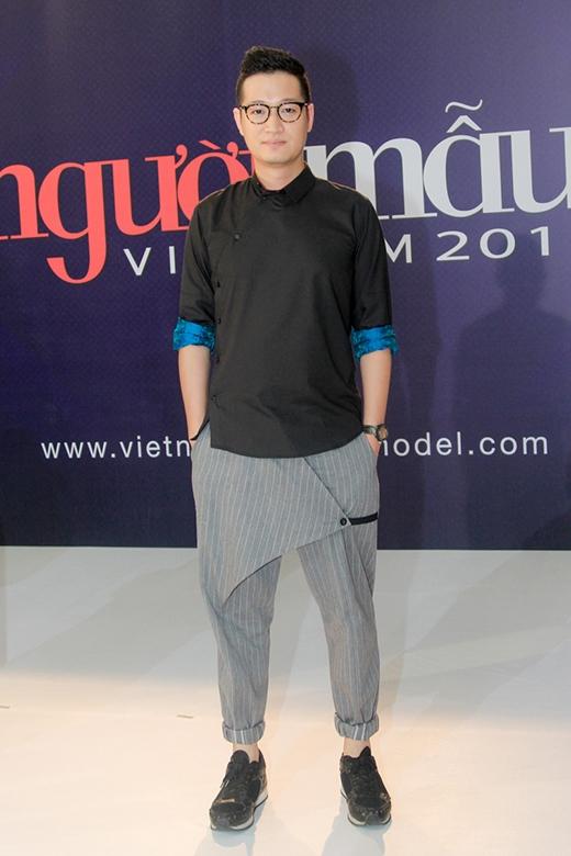 Nhiếp ảnh giaSamuel Hoàngdiện quần âu, áo sơ mi với kiểu dáng khá độc đáo.