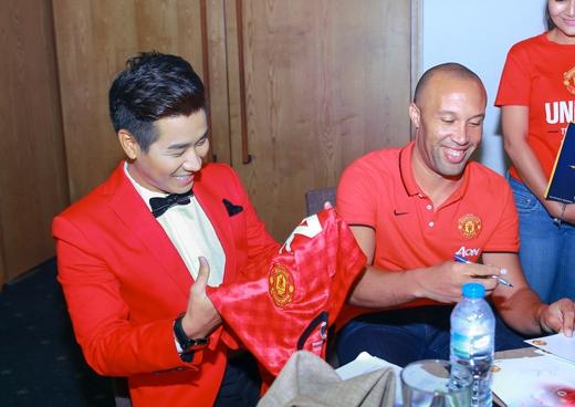 Nguyên Khang và cựu hậu vệ này đã có buổi giao lưu vui vẻ. - Tin sao Viet - Tin tuc sao Viet - Scandal sao Viet - Tin tuc cua Sao - Tin cua Sao