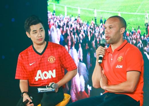 Nguyên Khang tươi rói nhận quà của cựu danh thủ tuyển bóng đá MU - Tin sao Viet - Tin tuc sao Viet - Scandal sao Viet - Tin tuc cua Sao - Tin cua Sao