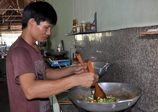 Chủ quán Trương Văn Giáp chế biến món chay phục vụ khách