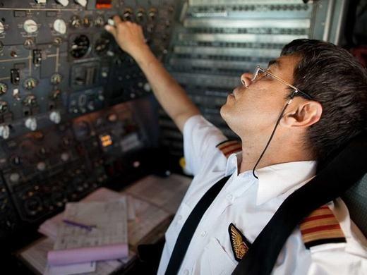 Với việc phải chịu trách nhiệm của hàng trăm người mỗi ngày, phi công cómức độ căng thẳngkhá cao với số điểm 60.46. Lương trung bình năm của phi công là 98.410 USD, tăng trưởng dự báo tới năm 2022 là -1%.